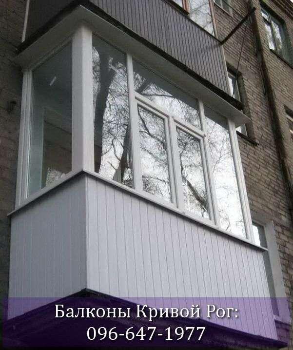 Обшивка балкона белым пластиком в сталинке
