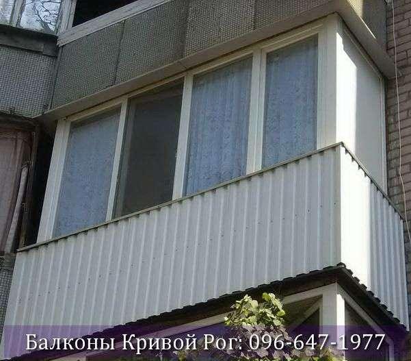 Отделка балкона снаружи в Кривом Роге профнастиом белого цвета