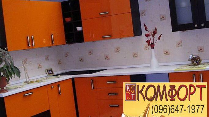 Угловая оранжевая кухня